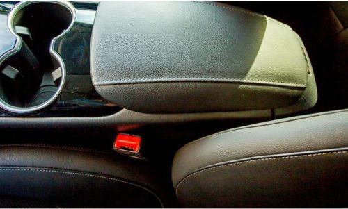 Подлконик между передними сиденьями в Форд Мондео 2018 года выпуска