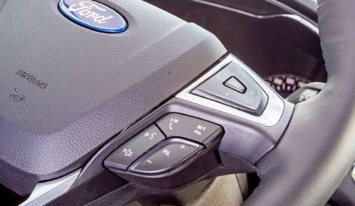 Переключатели режимов работы мультимедийной системы на рулевом колесе Форд Мондео 2018 года