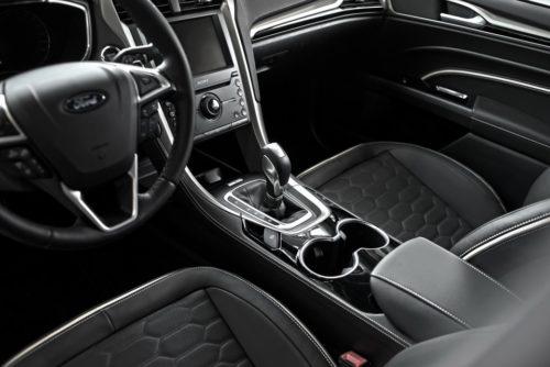 Центральная консоль внутри седана Форд Мондео 2018 года производства