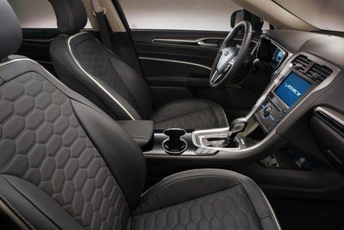 Передние сидения в салоне автомобиля Форд Мондео 2018 модельного года