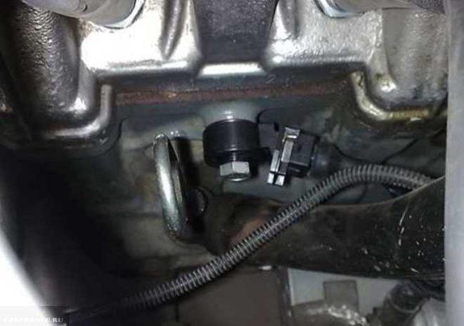 Датчик детонации широкополосного типа на двигателе ВАЗ-2110