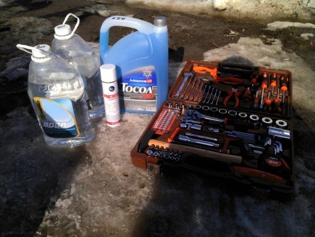 Инструментальный набор автолюбителя, дистиллированная вода и тосол для замены охлаждающей жидкости в ВАЗ-2110