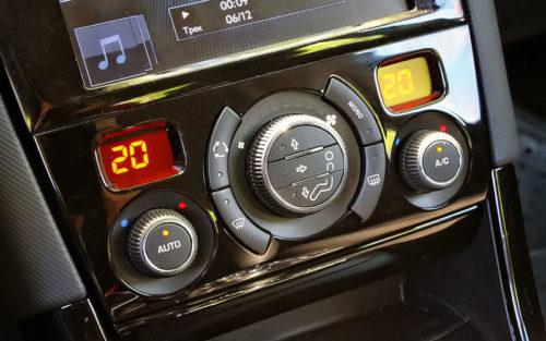 Блок управления климат-контролем в центральной консоли Пежо 408 2018 года производства
