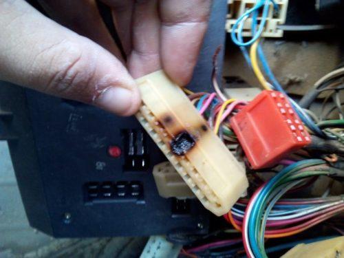 Клеммная колодка блока предохранителей ВАЗ-2110 с обугленным контактом