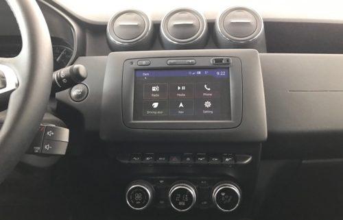 Сенсорный дисплей на центральной консоли в салоне автомобиля Рено Дастер 2018