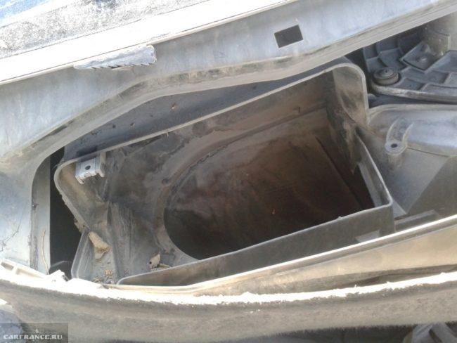 Грязный кожух салонного фильтра автомобиля ВАЗ-2110, вид со снятой декоративной решеткой