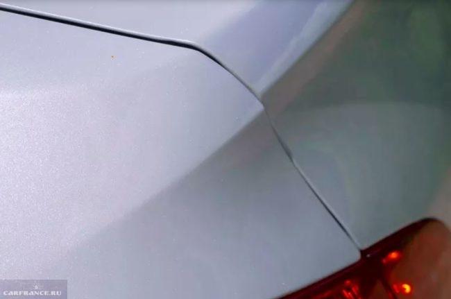 Крышка багажника с дефектом сборки на автомобиле Пежо 408 2018 модельного года