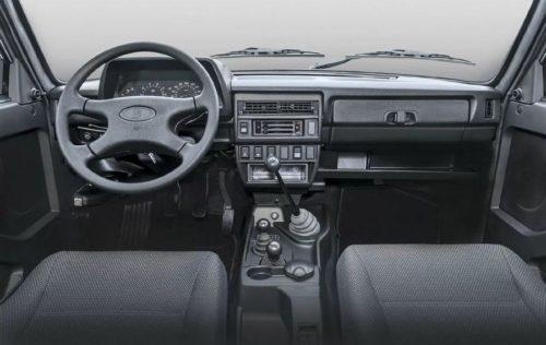 Передняя панель бюджетного автомобиля повышенной проходимости Лада 4х4 2018 года