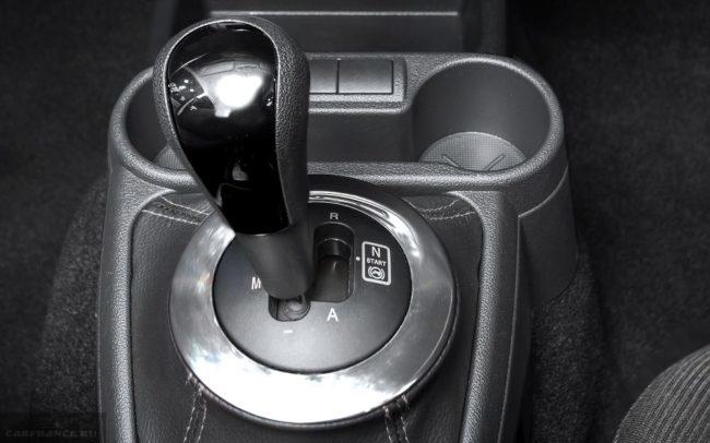 Рычаг автоматической коробки передач и подстаканнике внутри автомобиля Лада Гранта 2018