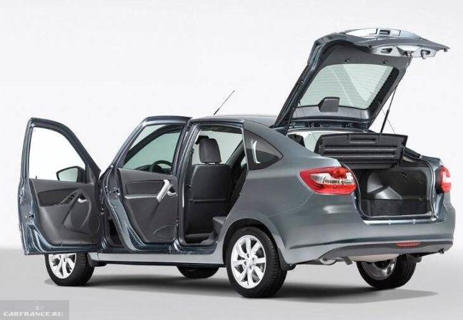 Автомобиль Лада Гранта 2018 года с открытыми дверями и крышкой багажника