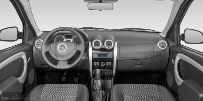 Передняя панель серого цвета в салоне пассажирского универсала Лада Ларгус 2018