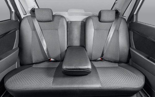 Подлокотник задних сидений в разложенном положении в Лада Приора 2018 года производства
