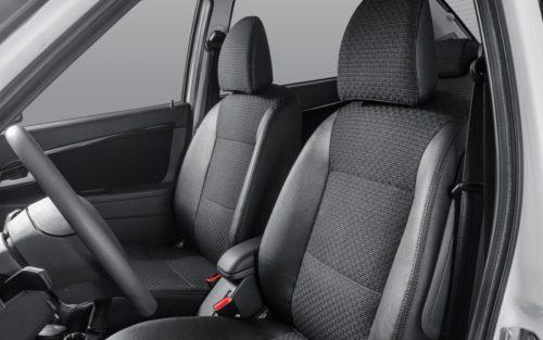 Передние сиденья с тканевой обивкой в автомобиле Лада Приора 2018 года