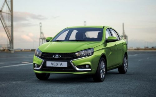 Вид спереди автомобиля российского производства Лада Веста 2018 модельного года