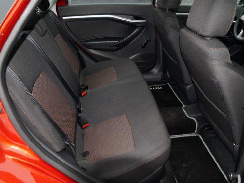 Задние сиденья с тканевой обшивкой в автомобиле Лада Веста 2018 года производства
