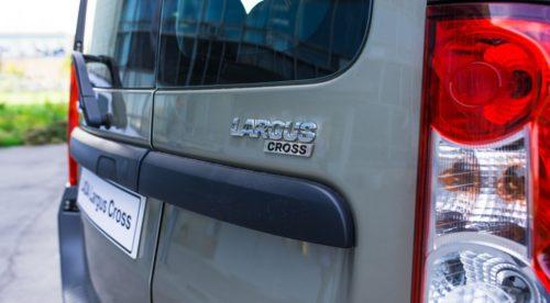 Задний фонарь и дверца автомобиля Лада Ларгус 2018 модельного года