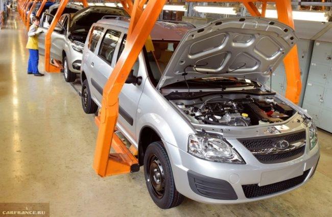 Конвейер автозавода, выпускающий универсал Лада Ларгус 2018 года с 8-клапанным двигателем