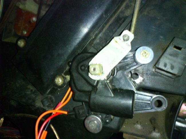 Микромоторедуктор привода заслонок ВАЗ-2110 под капотом