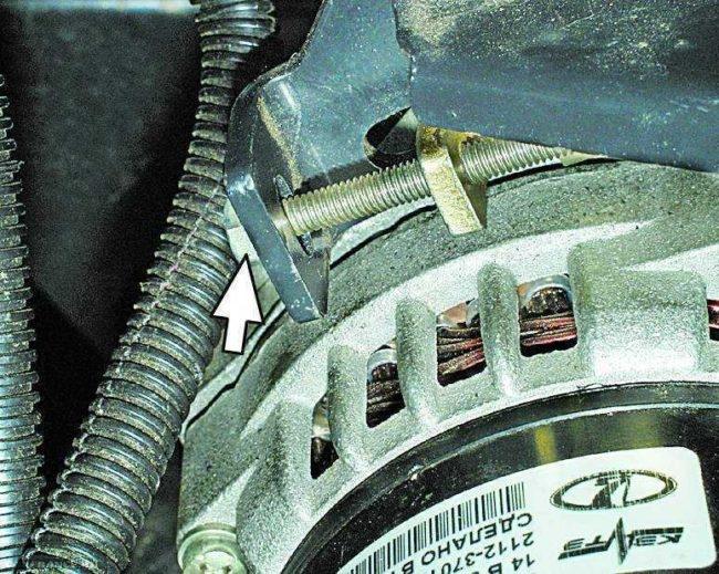 Регулировочный винт механизма натяжения ремня генератора в автомобиле ВАЗ-2110