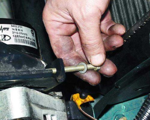 Болт натяжения генератора вблизи в автомобиле ВАЗ-2110
