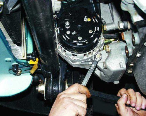 Узел нижнего закрепления генератора в ВАЗ-2110, вид из смотровой ямы