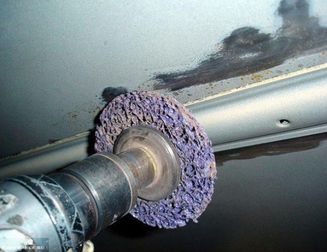 Процесс очистки порогов ВАЗ-2110 от ржавчины шлифовальной машиной