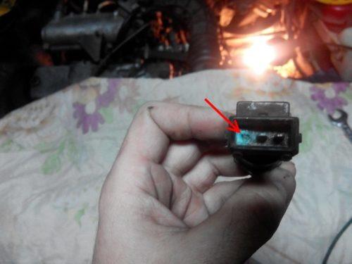 Старая клеммная колодка с разрушенным контактом от датчика скорости автомобиля ВАЗ-2110