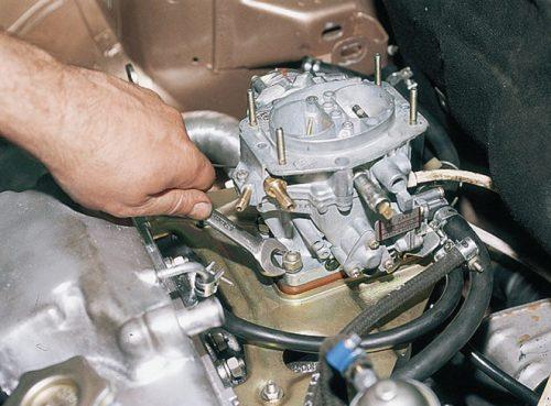Карбюратор 8-клапанного двигателя ВАЗ-2110 вблизи, вид со снятым воздушным фильтром