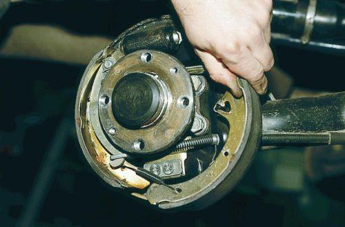 Демонтаж передней колодки ВАЗ-2110 заднего колеса