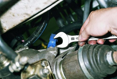 Снятие датчика скорости в автомобиле ВАЗ-2110 с помощью ключа на 17