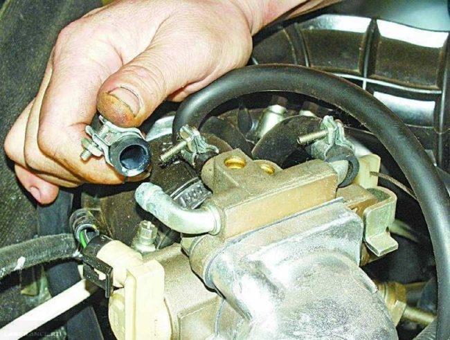 Патрубок дроссельного узла в двигателе ВАЗ-2110 со снятой резиновой трубкой