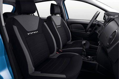 Вид на передние сиденья через открытую дверь в автомобилеРено Сандеро Степвей 2018