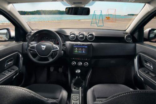 Передняя панель и рулевое колесо в салоне нового автомобиля Рено Дастер 2018 года