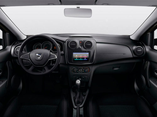 Передняя панель с рулевым колесом в автомобиле Рено Сандеро Степвей 2018 модельного года