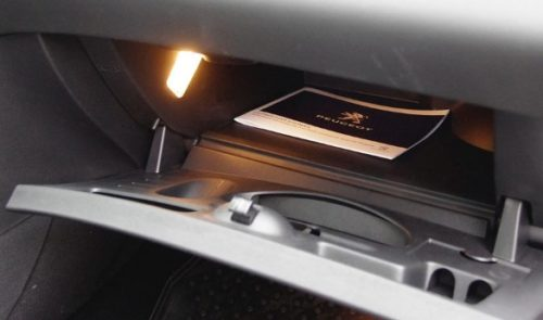 Перчаточный ящик в передней консоли автомобиля Пежо 408 2018 модельного года