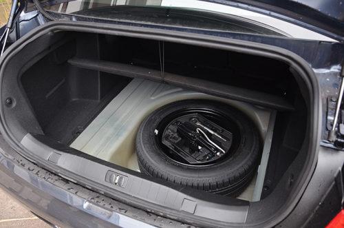 Запасное колесо в багажнике автомобиля Пежо 408 2018 года производства