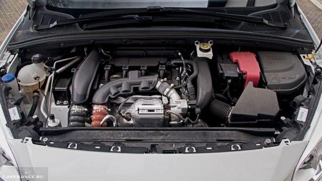 Бензиновый турбированный двигатель мощностью 150 лошадиных сил под капотом Пежо 408 2018 года