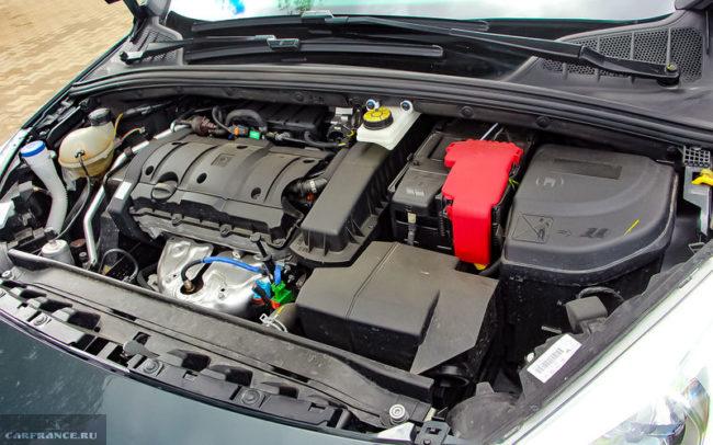 Моторный отсек с бензиновым двигателем в Пежо 408 2018 года выпуска