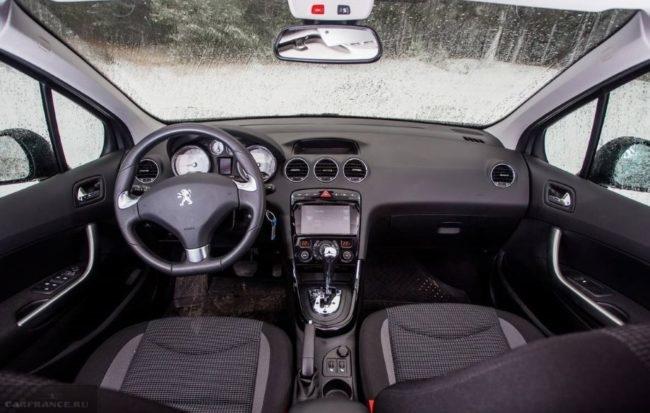 Салон обновленного седана Пежо 408 2018 года в комплектации Active