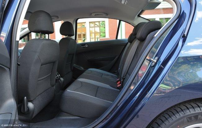 Задние сидения без подлокотника внутри автомобиля Пежо 408 2018 модельного года
