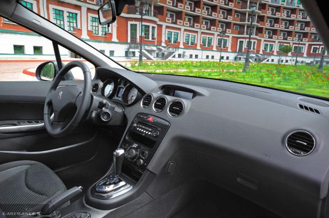 Передняя панель в салоне седана Пежо 408 2018 модельного года