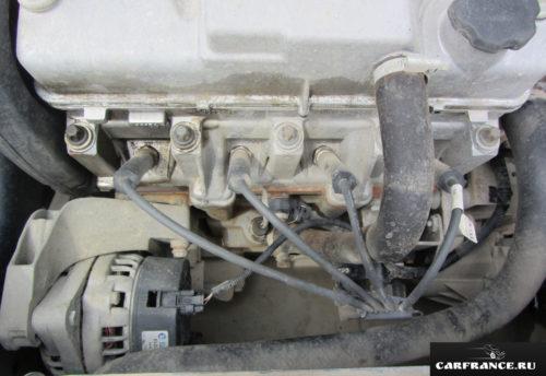 Под капотом редакционной Лада Гранта вид на двигатель вблизи