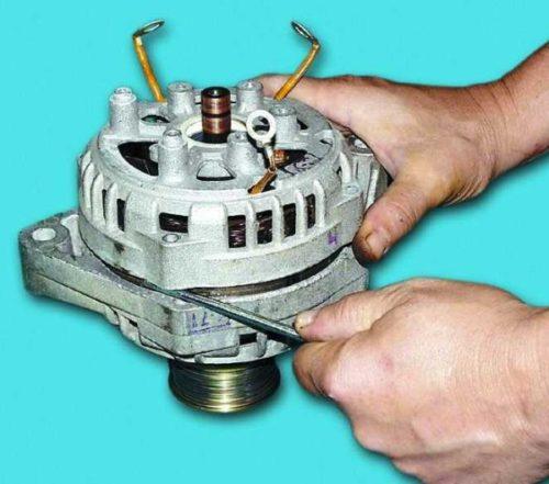 Снятие крышки генератора ВАЗ-2110 с помощью плоской отвертки