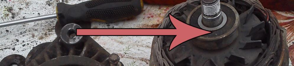 Подшипник генератора на ВАЗ-2110 отмечен стрелкой