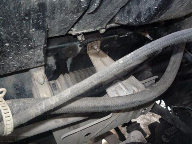 Течь радиатора печки ВАЗ-2110 под капотом вблизи