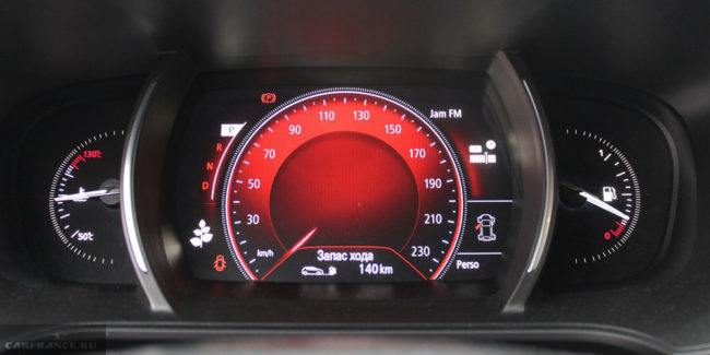 Указатель скорости на приборной панели автомобиля Рено Меган 2018 года