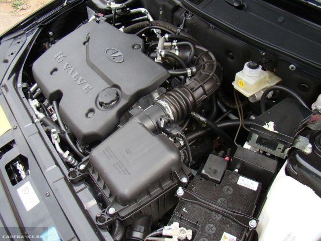 Моторный отсек с 16-клапанным двигателем автомобиля Лада Приора 2018 года производства