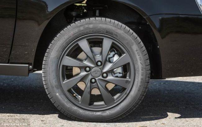 Переднее колесо с литым диском на Лада Приора