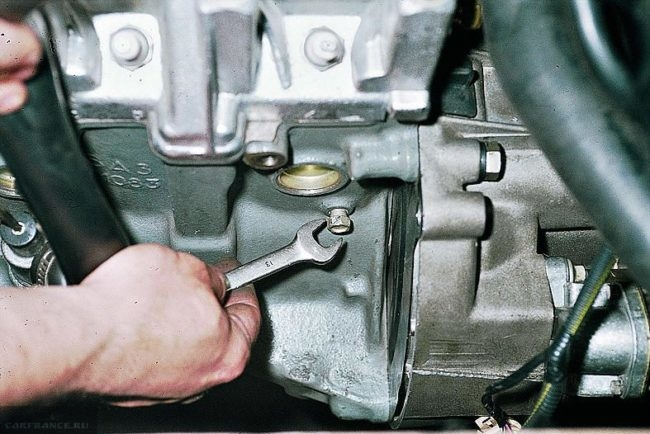 Пробка слива охлаждающей жидкости из блока цилиндров двигателя ВАЗ-2110