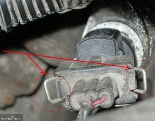 Отсоединение колодки проводов от датчика скорости ВАЗ-2110 под капотом